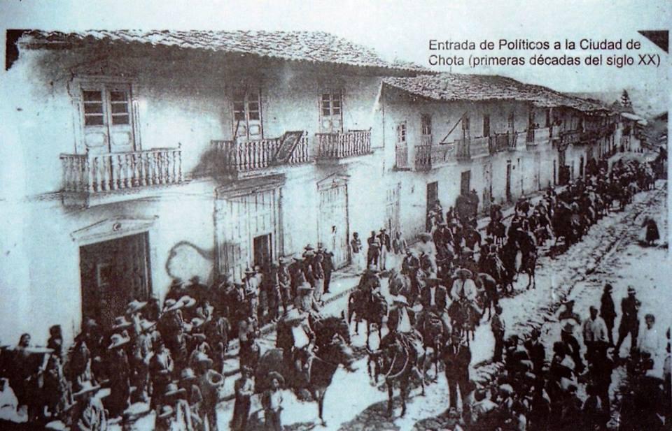 Jr. I. G. de la Vega PLaza de Armas de Chota. Entrada de políticos a la ciudad entraba a caballo las autoridades y sus seguidores a pie