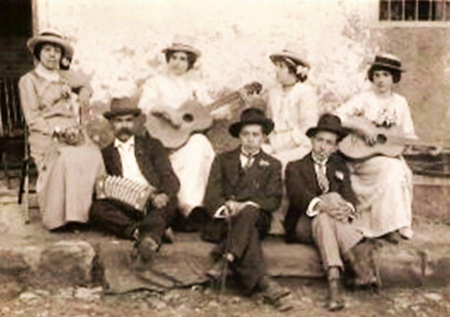 Músicos chotanos año 1932 el Sr. del centro es Don Mario Mestanza Villacorta un gran músico y al lado su hermano Gonzalo Mestanza