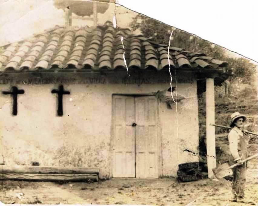 Qinta las delicia 1935 Sra. Rosa Regalado Osores de Martinez y como fondo la capilla de la Milagrosa Cruz de la Villa de Las Delicias