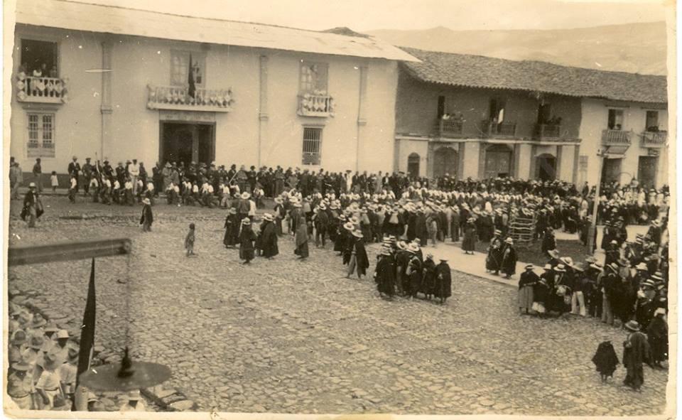 Un desfile escolar por fiestas patrias l930. Observen la casona lo que hoy es el Cine de Sr. Vìctor Pèrez como ha cambiado nuestro Chota.