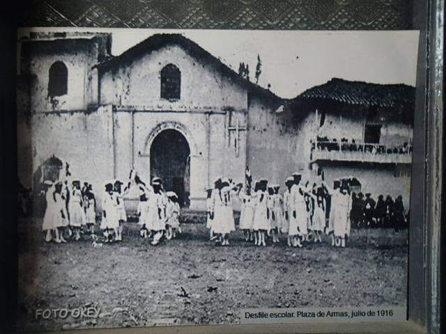 Desfile escolar plaza de armas en Chota año 1916